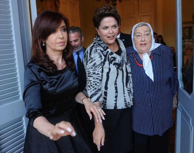 President of Argentina Cristina Kirchner, President of Brazil, Dilma Rousseff with humanitarist leader Hebe de Bonafini, during bilateral meeting in Buenos Aires, Last January, 31. /Photo Telam, ABr