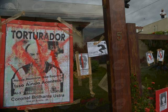 In São Paulo, protesters graphite former army colonel's home accused of torture during the military dictatorship